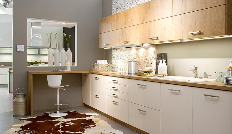 Keukenxpert rechte magnolia keuken met hout accenten keukenxpert - Hout en witte keuken ...